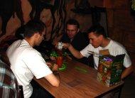 Paweł, Grzegorz (pandura) i Mikołaj (demnogons) grają w Spadające Orzechy