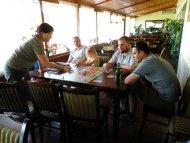 taras – przyszłe miejsce wielu legendarnych rozgrywek grajdołkowych ;) klimatyzacja, wielkie stoły i... tabuny much - gratis! :)