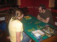Farmer. Niektórzy wgrywają się w rolę Kuby Rozpruwacza inni, przy sąsiednim stole, pasą świnki . Każdemu wedle zainteresowań.