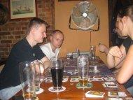 Wg. oficjalnego FAQ napoje alkoholowe nie są dozwolone przy stole. Używaliśmy home-rules (Pub-rules?)