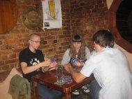 Ten kto miał dosyć oskarżeń mógł zawsze zagrać w Hanabi - kooperacyjną grę karcianą.